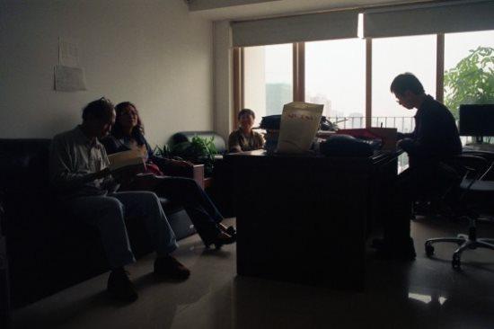 王興國教授忙著簽名贈書、李淳玲、尤惠貞、黄漢光